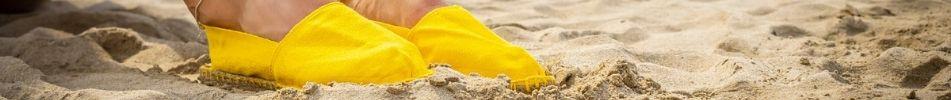 Voici une paire d'espadrille jaune
