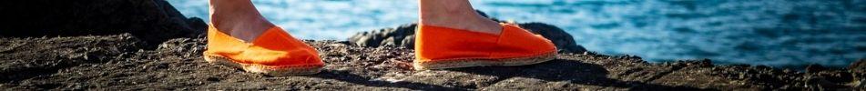 Voici une paire d'espadrille orange
