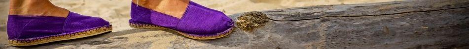 Voici une paire d'espadrille violette